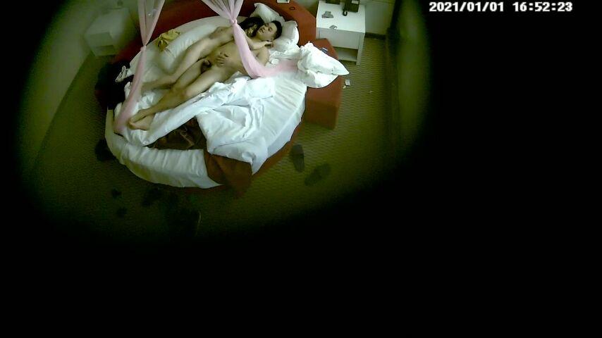 主题酒店粉色纱帐情趣圆床偷拍新婚小夫妻尝试各种体位姿势做爱